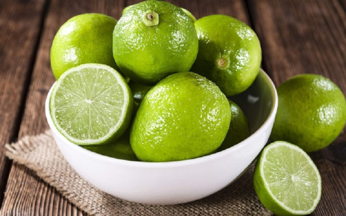 Chanh: Chanh được mệnh danh là một loại trái cây để làm đẹp vì chúng rất giàu axit citric và vitamin C giúp làm cho làn da mềm mại, tươi sáng.