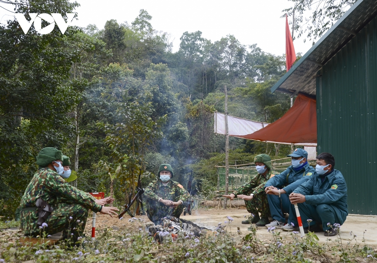 Soldiers of Muong Pon border station in Dien Bien province are forced to burn a fire as a way of staying warm amid the chilly conditions.