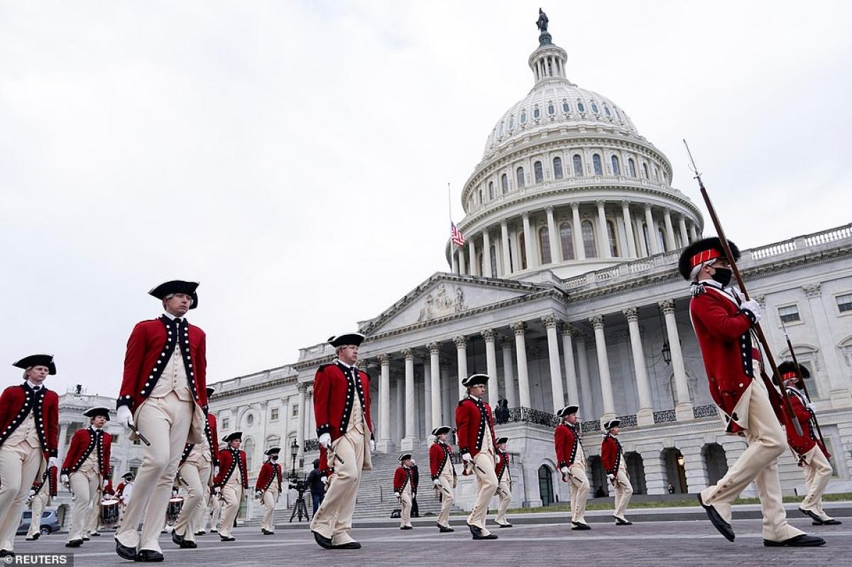 Lễ tổng duyệt chuẩn bị cho lễ nhậm chức của ông Biden diễn ra sáng 18/1 ở phía trước điện Capitol, sau đó đã phải rút ngắn vì lệnh sơ tán khẩn cấp do hỏa hoạn xảy ra gần đó. Ảnh: Reuters