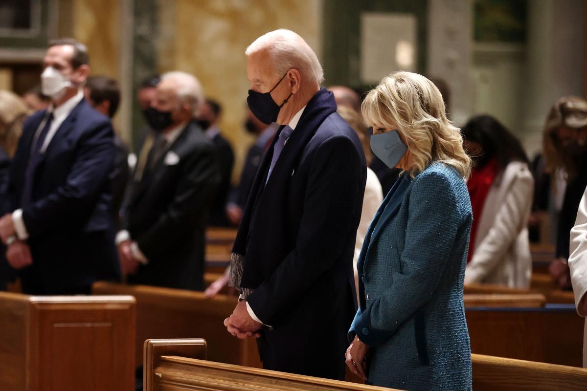 Ông Joe Biden cùng phu nhân Jill Biden đi lễ nhà thờ trước buổi lễ nhậm chức. Ảnh: Getty.