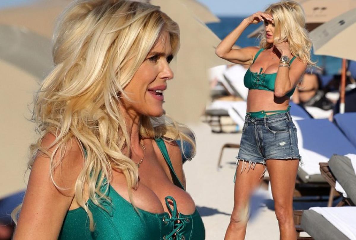 """Victoria Silvstedt đang trong kỳ nghỉ đầu năm mới ở bãi biểnMiami (Florida, Mỹ và liên tục có những shoot hình với bikini fan """"bỏng mắt""""."""