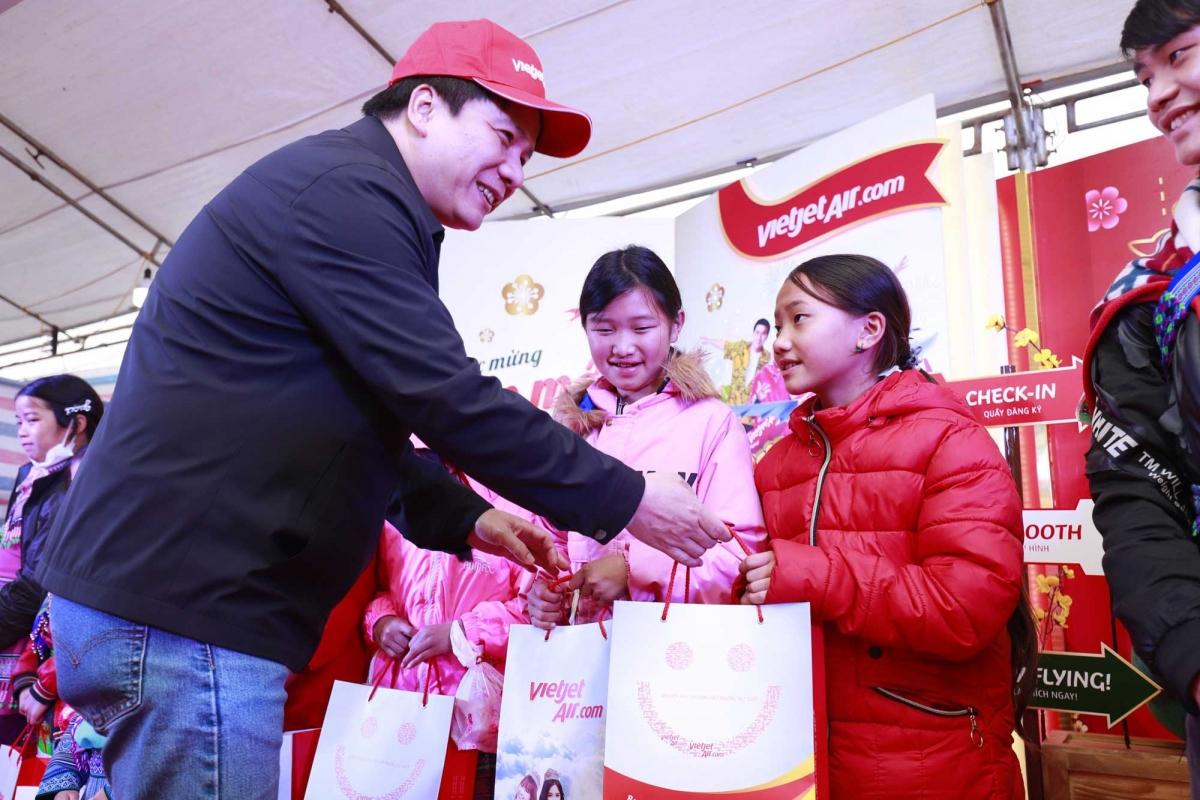 Đại diện lãnh đạo Vietjet tặng quà các gia đình có hoàn cảnh khó khăn tại Lào Cai.