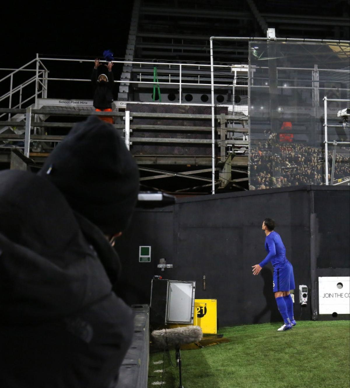 Thiago Silva tặng áo cho một công nhân đang làm việc tại sân Craven Cottage. (Ảnh: Getty).