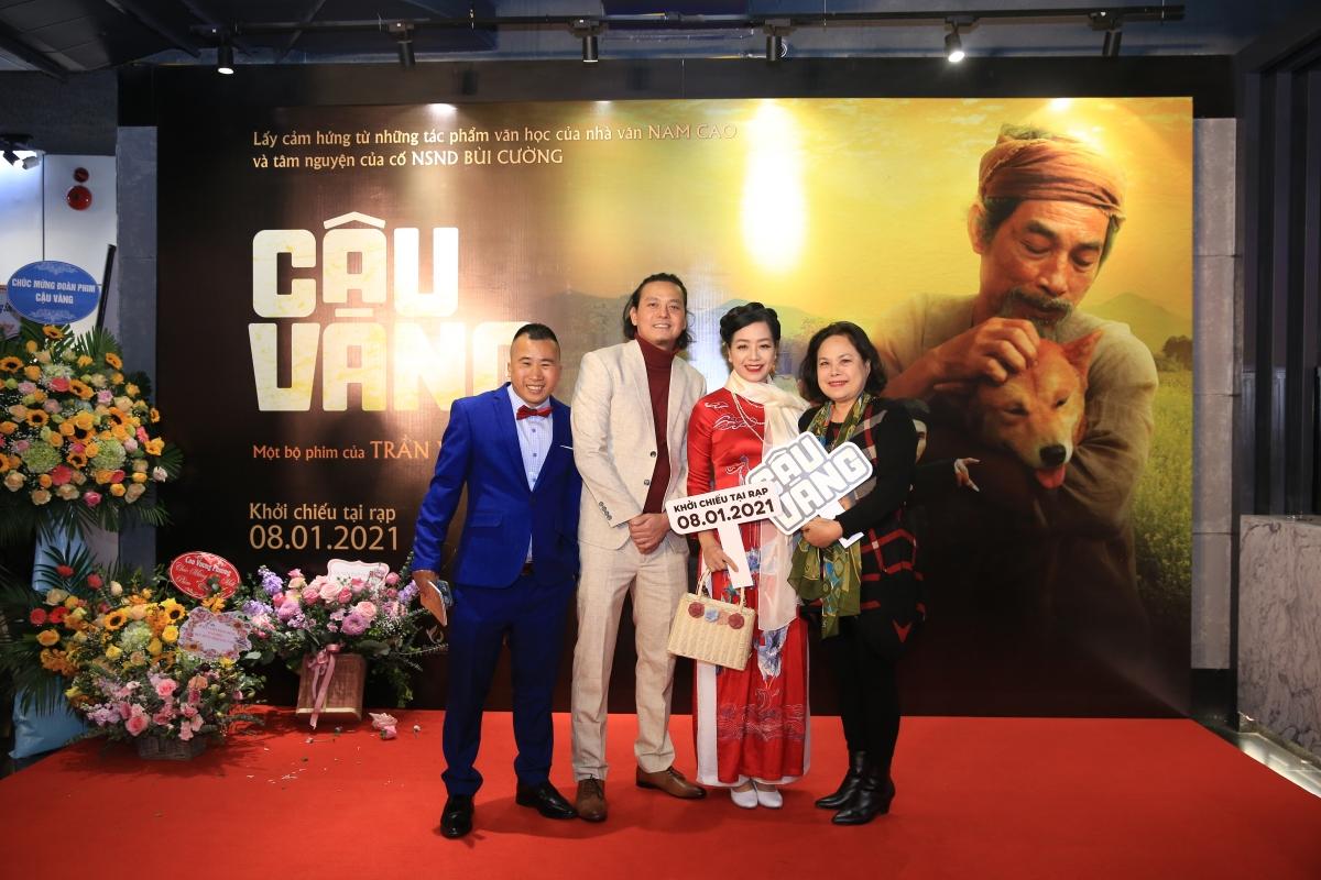 """""""Cậu Vàng"""" là một trong số phim Việt thu hút đông đảo nghệ sĩ hai miền Nam Bắc. Xuất hiện từ sớm trên thảm đỏ không chỉ có ê kíp sản xuất, dàn nghệ sĩ, diễn viên góp mặt trong bộ phim, rất nhiều tên tuổi đến chúc mừng gia đình cố NSND Bùi Cường, chúc mừng bộ phim dài đầu tay của đạo diễn Trần Vũ Thủy-con rể cố NSND Bùi Cường."""