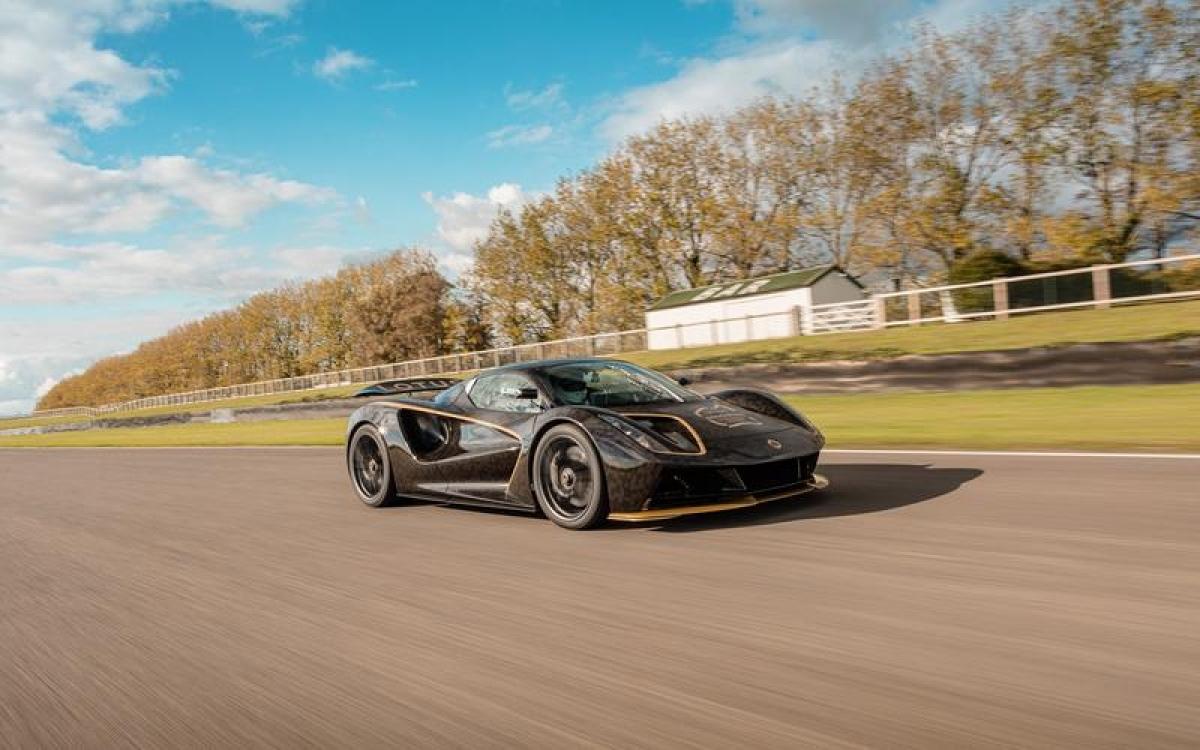 Lotus Evija – 322 km/h: Yếu tố cốt lõi mà Lotus hướng đến là sự xử lý hoàn hảo và trọng lượng nhẹ hơn là tốc độ nhưng với việc sở hữu 4 mô tơ điện với công suất tổng cộng 1.972 mã lực cùng trọng lượng chỉ 1.680 kg chiếc xe này có tốc độ khá ấn tượng.