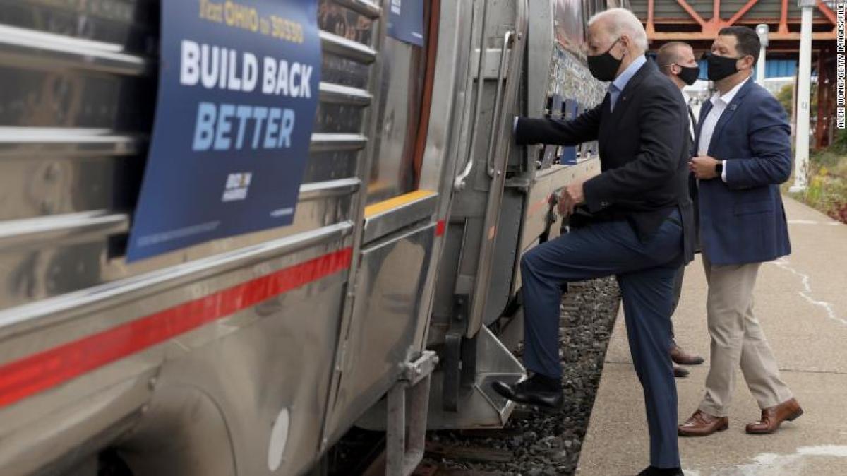 Ông Joe Biden lên tàu Amtrak ngày 30/9/2020. Ảnh: CNN