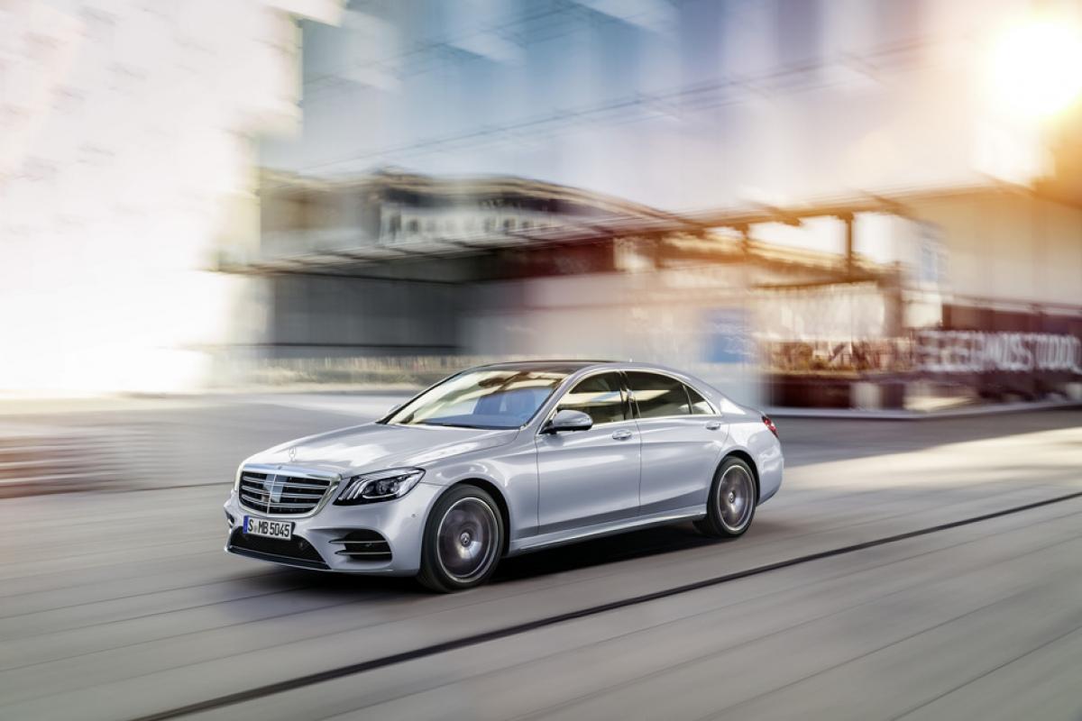 """W222 là một trong những S-Class sáng tạo nhất. Ngoài tất cả công nghệ của mình, đây cũng là chiếc xe đạt được nhiều bước tiến liên quan đến kỹ thuật. Xe có thân vỏ bằng nhôm lai hoàn toàn mới được xếp hạng độ cứng xoắn cao hơn 50% so với các phiên bản tiền nhiệm. Ngoài ra, đây là chiếc xe đầu tiên hoàn toàn không có bóng đèn truyền thống thay vào đó là gần 500 đèn LED trên toàn bộ xe. Chiếc xe cũng có một loạt các công cụ hỗ trợ lái xe tiên tiến mà Mercedes-Benz gọi là """"Intelligent Drive"""". Nổi bật nhất trong số đó là ROAD SURFACE SCAN (quét bề mặt đường) - có khả năng xác định ổ gà trước khi gặp phải chúng và MAGIC BODY CONTROL, sẽ điều chỉnh khung gầm và hệ thống treo sao cho phù hợp."""