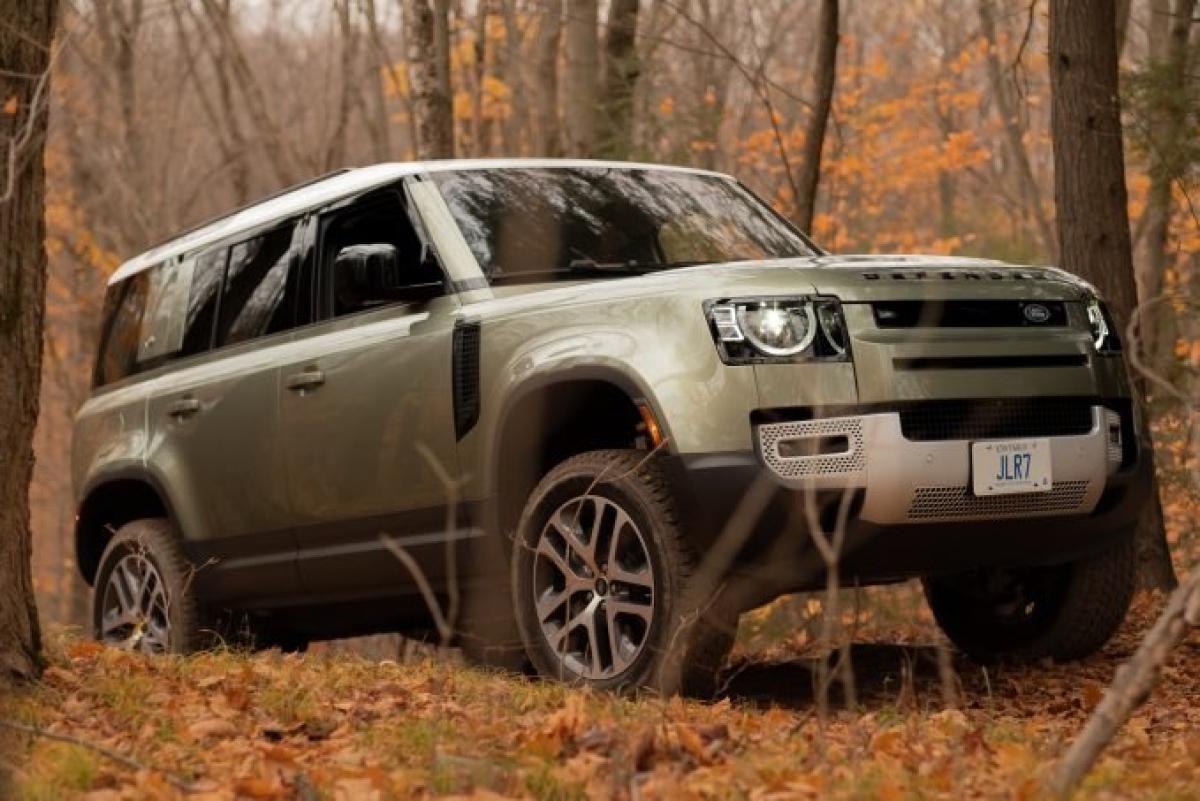 Land Rover Defender là một biểu tượng và không có gì ngạc nhiên khi nó xuất hiện. Nội thất được cập nhật nhanh chóng nhờ việc lựa chọn những vật liệu đầy cảm hứng, thiết kế bảng điều khiển gọn gàng và giao diện cảm ứng mới. Xe có mức giá hơn 50.000 USD (tương đương 1,15 tỷ đồng). Được trang bị động cơ mild-hybrid, 6 xi lanh thẳng hàng nạp điện kép, Defender sản sinh công suất 395 mã lực và mô men xoắn 550 Nm.