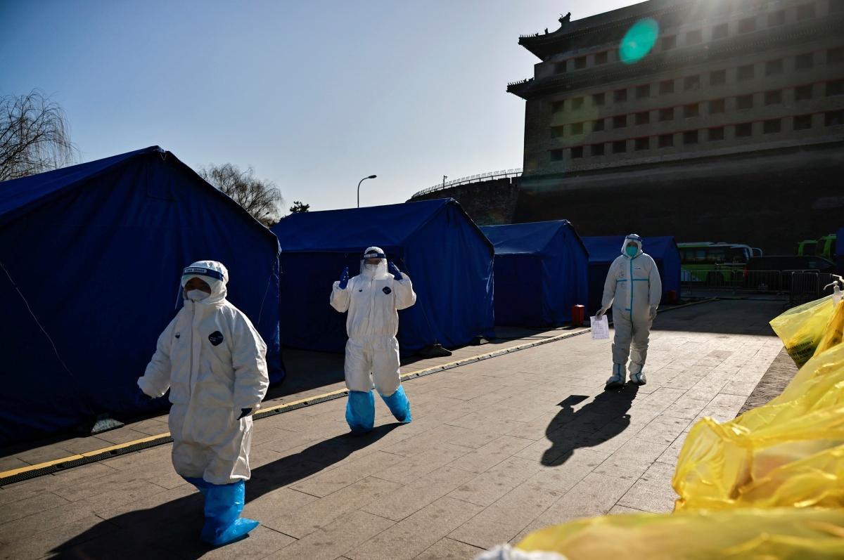 Nhân viên y tế làm việc tại một cơ sở xét nghiệm Covid-19, Bắc Kinh, Trung Quốc. Nguồn: Reuters