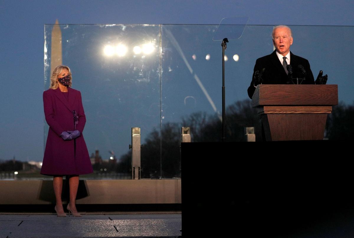 Ông Joe Biden (phải) phát biểu tại lễ tưởng niệm. Nguồn: Reuters
