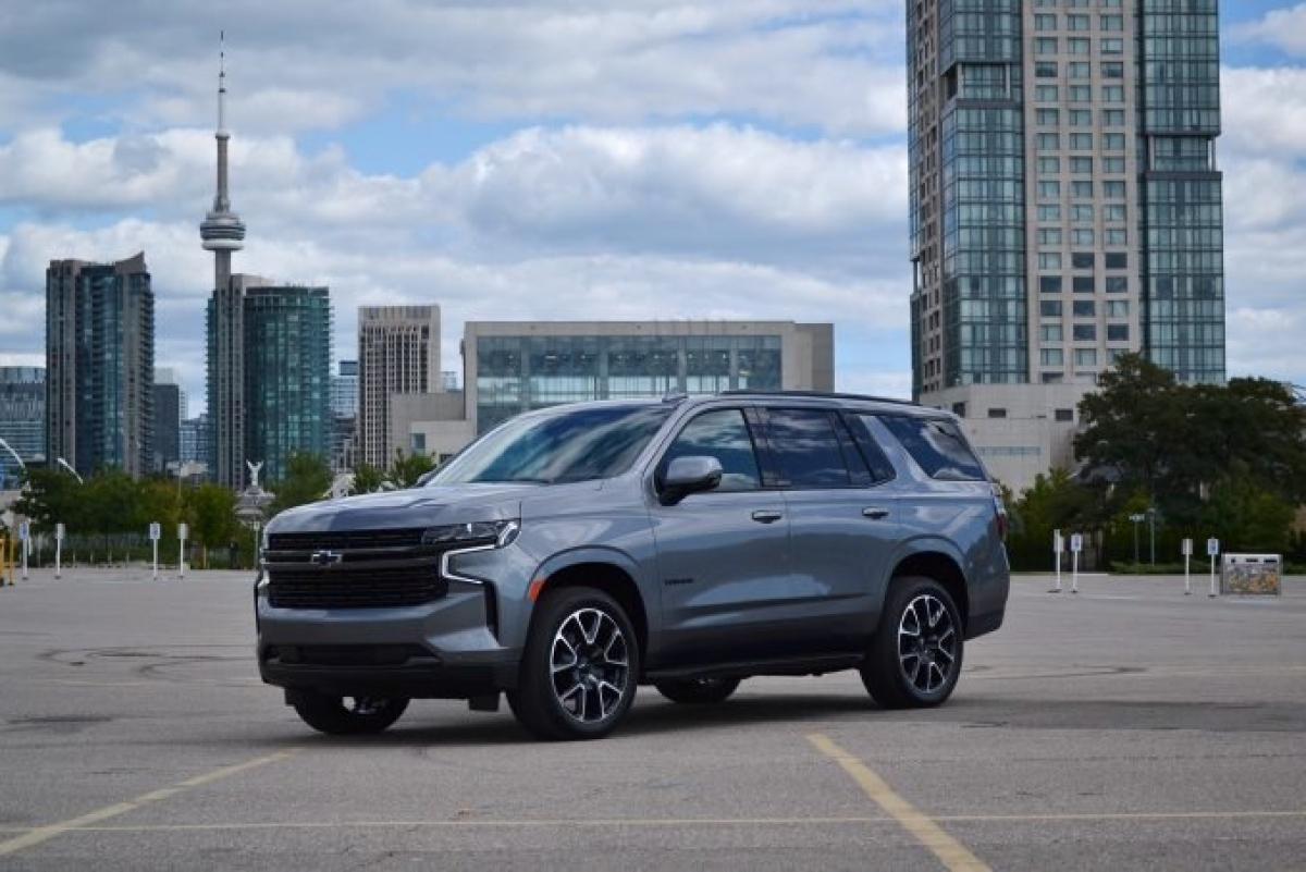 Chevrolet đã thực hiện những cập nhật lớn cho Chevrolet Tahoe/ Suburban 2021 với ngoại hình mới, hệ thống treo sau mới và thậm chí là kích thước ấn tượng. Hệ thống treo độc lập phía sau cũng làm cải thiện không gian chở hàng cộng với việc giúp xe có những chuyến đi êm ái hơn. Cả 2 chiếc xe lớn này đều đi kèm với 3 tùy chọn động cơ: 2 động cơ xăng V8 và động cơ turbodiesel mô men xoắn. Những tùy chọn trang trí cũng được mở rộng với thế hệ này: RST, High Country và Z71 từ những gói tùy chọn trên thế hệ trước đó trở thành những trang bị dành riêng cho năm 2021. Z71 hiện chỉ xuất hiện ở dạng V8 nhưng Chevy hứa hẹn việc bổ sung động cơ diesel vào dòng sản phẩm. Bow Tie dự đoán rằng dòng sản phẩm cao cấp High Country và Premier sẽ chiếm phần lớn doanh thu của 2 loại này. Chiếc Tahoe sẽ có giá khởi điểm hơn 50.000 USD (tương đương 1,15 tỷ đồng) cho mô hình dẫn động 2 bánh và đứng đầu là 73.000 USD (tương đương 1,68 tỷ đồng) cho bản High Country.