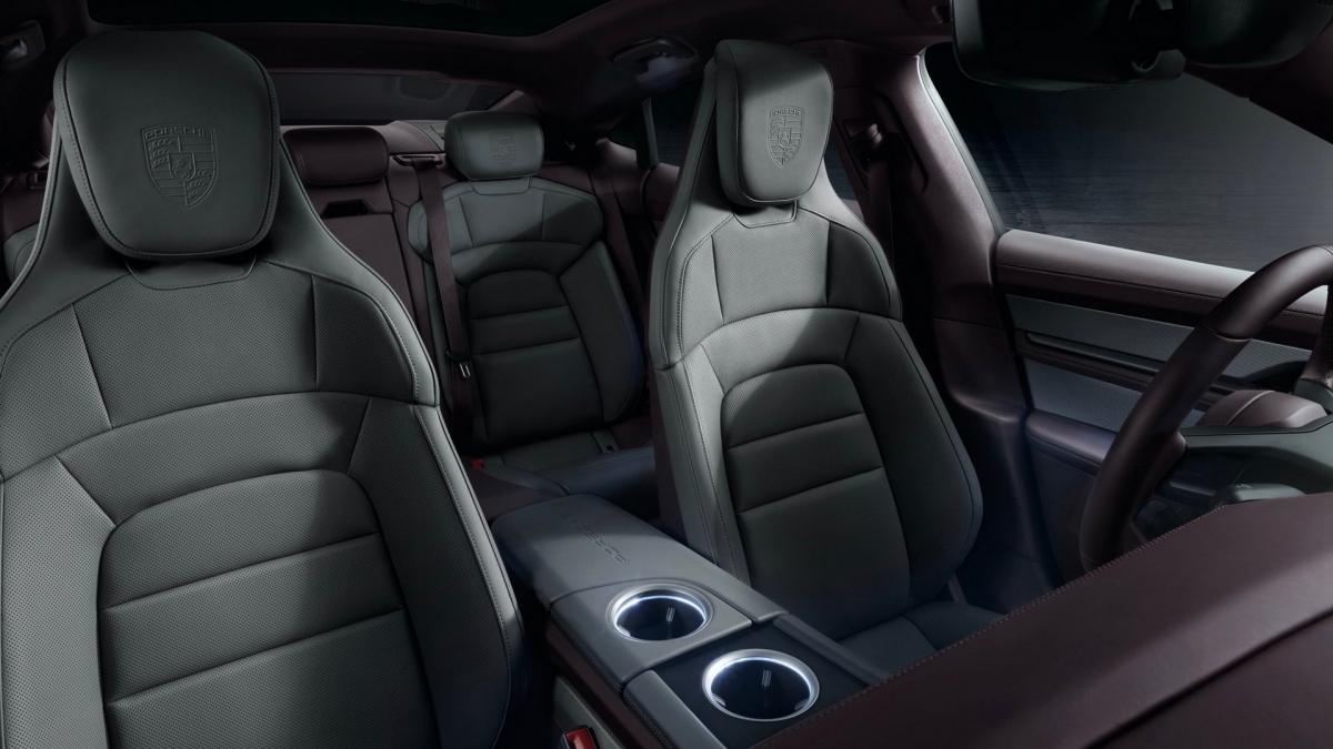 Porsche xây dựng một loạt các tùy chọn cá nhân hóa cho Taycan từ truyền thống cho đến hiện đại. Tùy chọn da cổ điển và nội thất không dùng da sử dụng chất liệu cao cấp. Ốp cửa và bảng điều khiển trung tâm tùy chọn trang trí gỗ quý, carbon mờ, nhôm hoặc vải dập nổi. Có tất cả 4 tông màu nội thất để khách hàng lựa chọn.