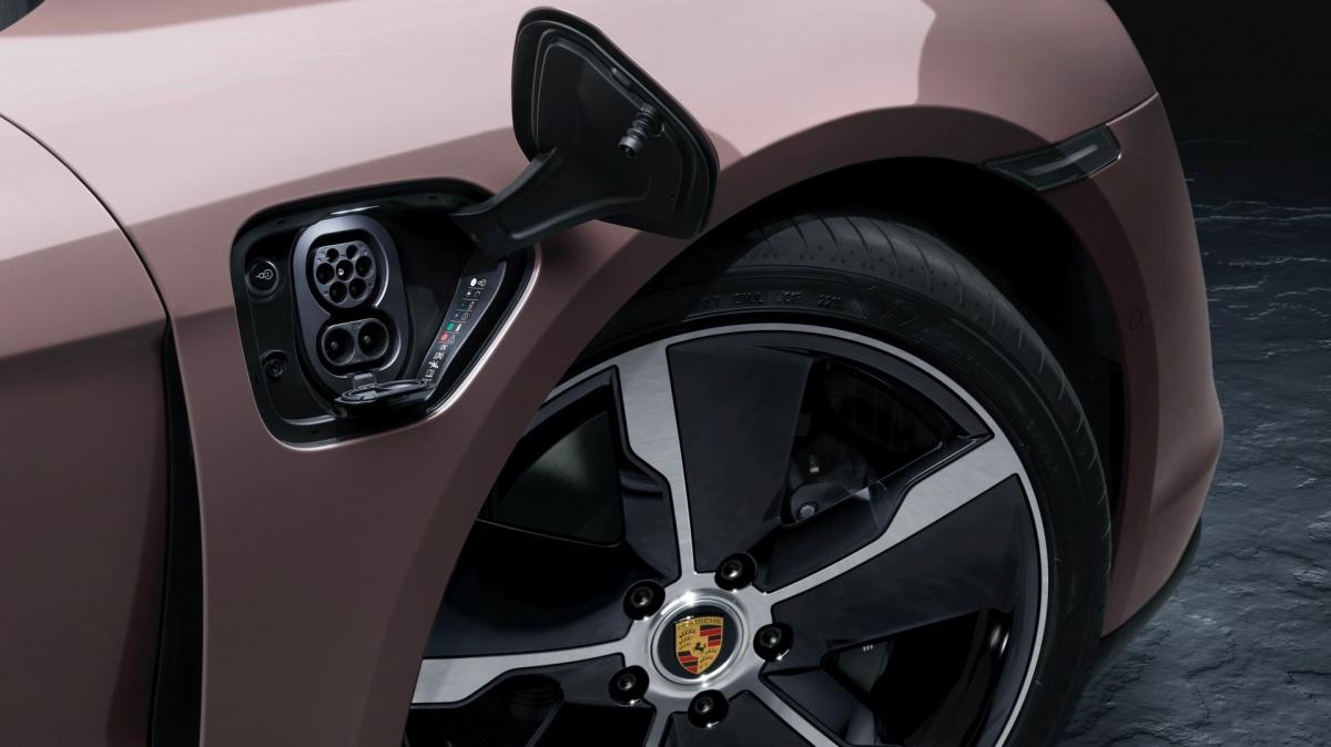 Ngoài sự khác nhau ở hệ dẫn động, Porsche Taycan tiêu chuẩn còn khác biệt một chút ở ngoại thất so với các phiên bản khác ở bộ mâm xe kích thước 19 inch, sơn bạc và cùm phanh màu đen. Trên Taycan 4S, xe sẽ sở hữu tiêu chuẩn bộ mâm nhôm đánh bóng, cùm phanh đỏ trong khi trên Taycan Turbo và Turbo S, xe sẽ được trang bị hệ thống phanh carbon – gốm với cùm phanh màu vàng. Thiết kế cản trước, ốp hông và cản sau đều tương tự như trên Taycan 4S.