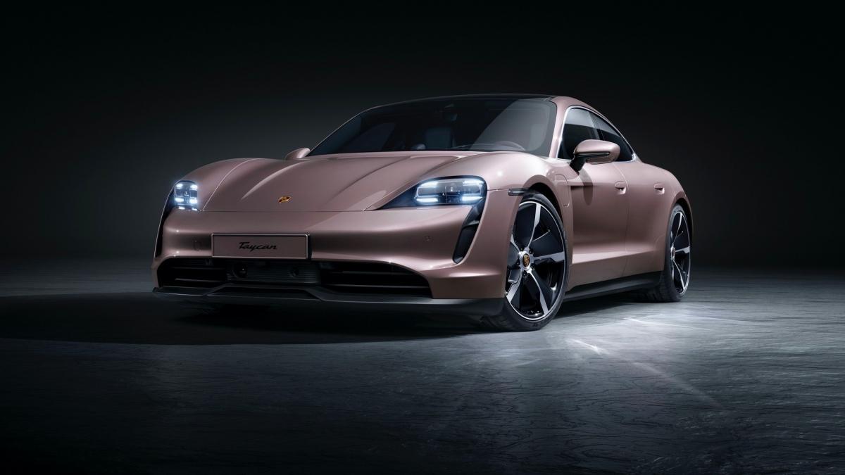 """Bản mới nhất của Taycan vừa được ra mắt sẽ là bản sử dụng hệ dẫn động cầu sau, vốn được giới thiệu riêng tại Trung Quốc cách đây gần nửa năm. Đến nay, Taycan """"tiêu chuẩn"""" sẽ sẵn sàng được bán ra trên khắp thế giới với giá khởi điểm từ 79.900 USD, rẻ nhất trong dòng sản phẩm xe hơi thể thao chạy điện đầu tiên của Porsche."""