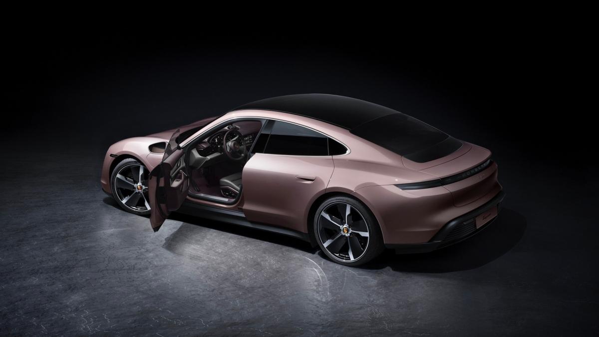 Với giá bán này, chiếc Taycan tiêu chuẩn sẽ rẻ hơn bản hai cầu Taycan 4S 23.900 USD nhưng vẫn đắt hơn đối thủ của nó, chiếc Tesla Model S Long Range 10.500 USD.