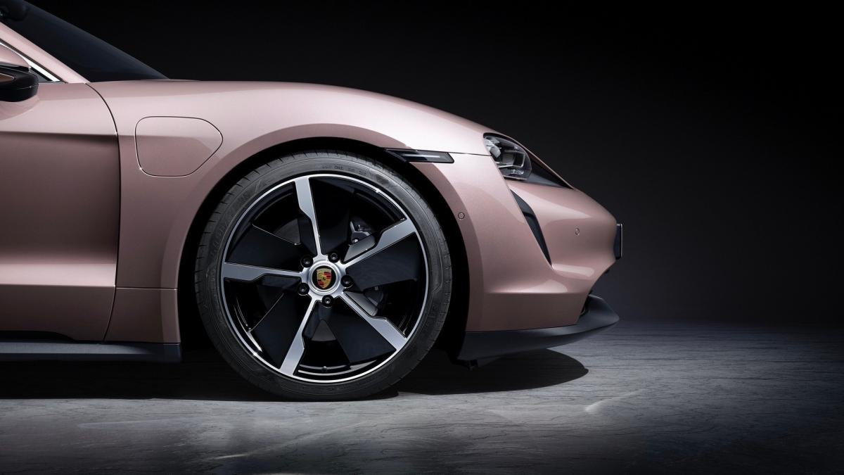 Ở bản tiêu chuẩn, Porsche Taycan sẽ được trang bị một động cơ điện duy nhất, đặt tại cầu sau. Động cơ này sẽ có khả năng sản sinh công suất cực đại 402 mã lực và mô-men xoắn tối đa 344 Nm, cho phép chiếc xe thể thao bốn chỗ tăng tốc từ vị trí đứng yên lên 100 km/h trong vòng 5,4 giây và đạt tốc độ tối đa ở mức 230 km/h.