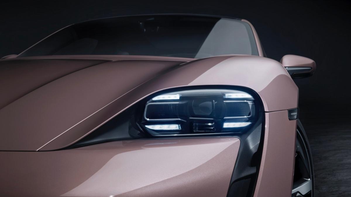 Tiêu chuẩn, xe được trang bị viên pin 79,2 kWh giúp xe có thể đi được 431 km theo tiêu chuẩn WLTP của châu Âu. Giống với những chiếc Taycan mạnh mẽ hơn, Porsche vẫn bán ra thêm tùy chọn nâng cấp pin Performance Battery Plus với dung lượng 93,4 kWh, cho phép xe được 484 km.