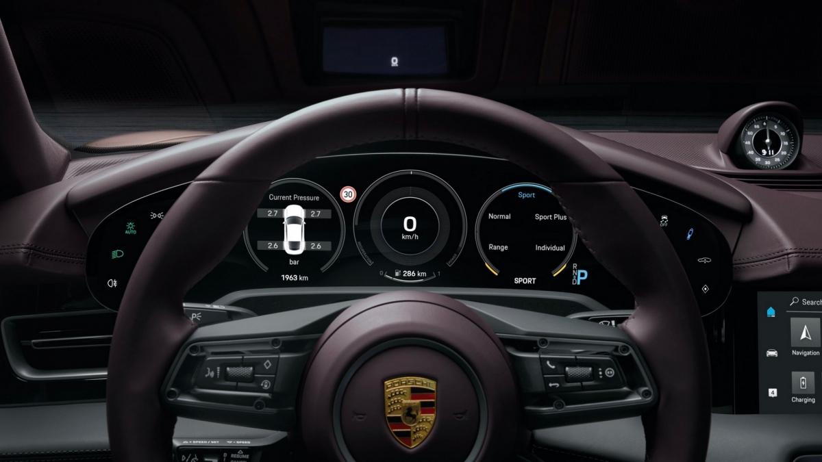 Trên phiên bản này, Porsche Taycan sẽ được trang bị tiêu chuẩn đèn pha LED, màn hình thông tin kích thước 10,9 inch cũng như hệ thống kiểm soát hệ thống treo chủ động (PASM – Porsche Active Management system). Những nâng cấp mà khách hàng có thể lựa chọn trong danh sách tùy chọn chính hãng bao gồm hệ thống treo khí nén, mâm xe kích thước 20 inch và 21 inch, phanh gốm – sợi carbon, phanh phủ bề mặt. Cùng với phiên bản này, màu sơn Frozen Berry Metallic cũng sẽ bắt đầu được bán ra rộng rãi hơn.
