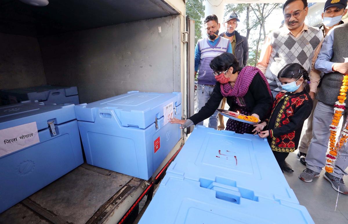 Vaccine Covishield được vận chuyển tới một kho dược phẩm tại bang Madhya Pradesh (Ảnh: ANI)
