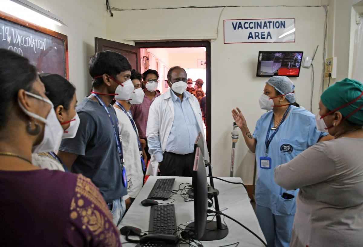 Nhân viên y tế tại bệnh viện Nair, thành phố Mumbai, bang Maharashtra chuẩn bị cho chiến dịch tiêm chủng (Anh: ANI)