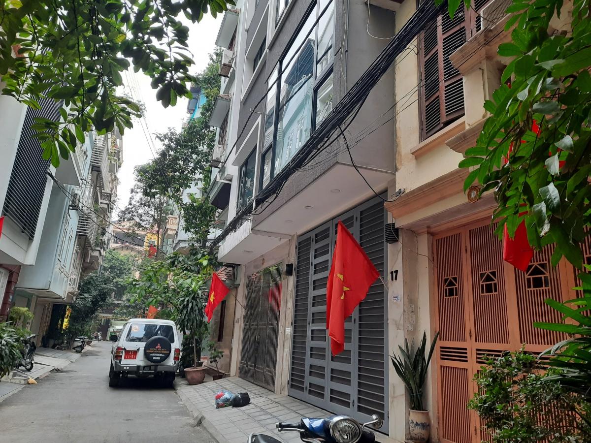 Cờ treo trong các nhà dân ở ngõ số 8, phố Trần Quang Diệu.