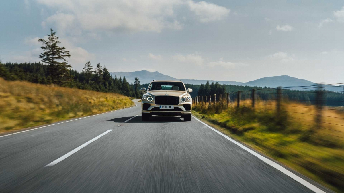 """Ngoài ra, xe cũng được trang bị công nghệ kiểm soát hiệu năng được hãng gọi là """"Bentley Hybrid Efficiency Navigation"""", cho phép xe duy trì chế độ chạy điện và hybrid lâu nhất có thể nhằm tăng cường quãng đường di chuyển."""