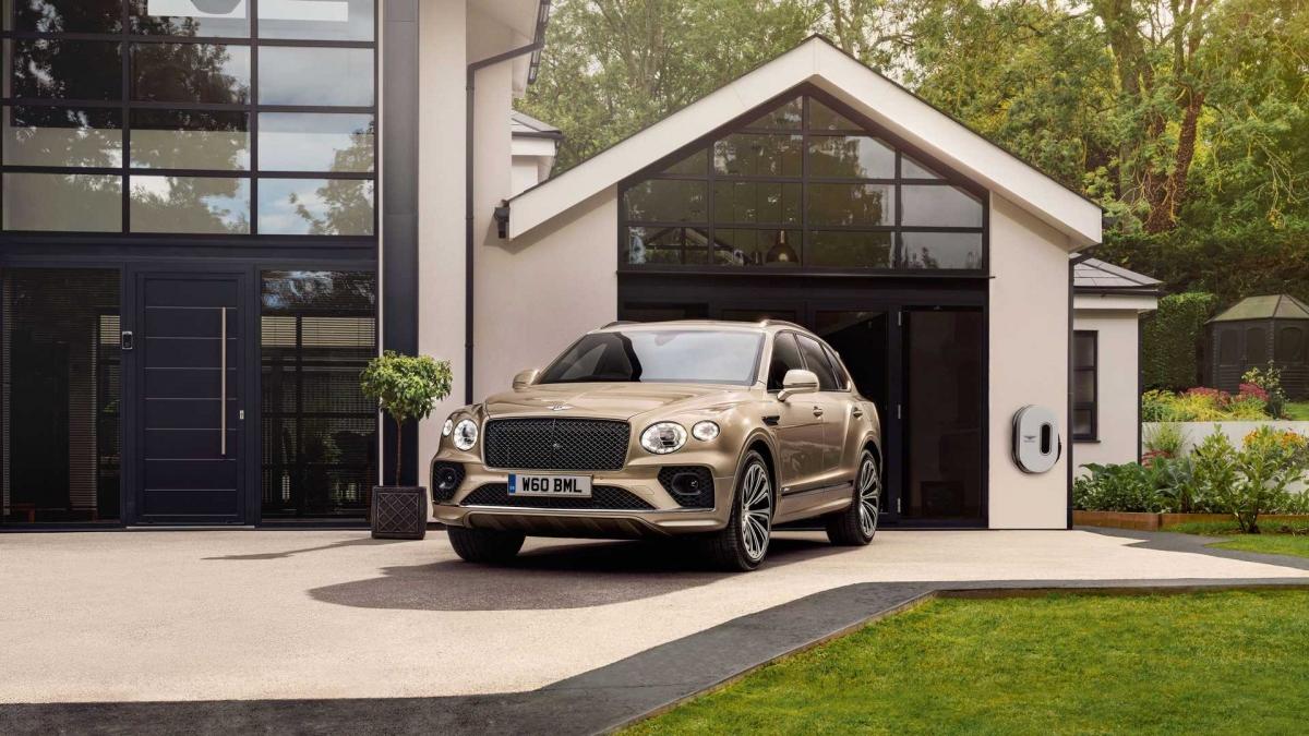 Bentley trang bị Bentayga Hybrid thêm ba chế độ lái hoàn toàn mới là EV, Hybrid và Hold. Xe sẽ có khả năng chuyển đổi giữa các chế độ lái một cách tự động dựa vào phản hồi của chân ga và chân phanh, mang đến cho người dùng khả năng tiết kiệm nhiên liệu tối đa.