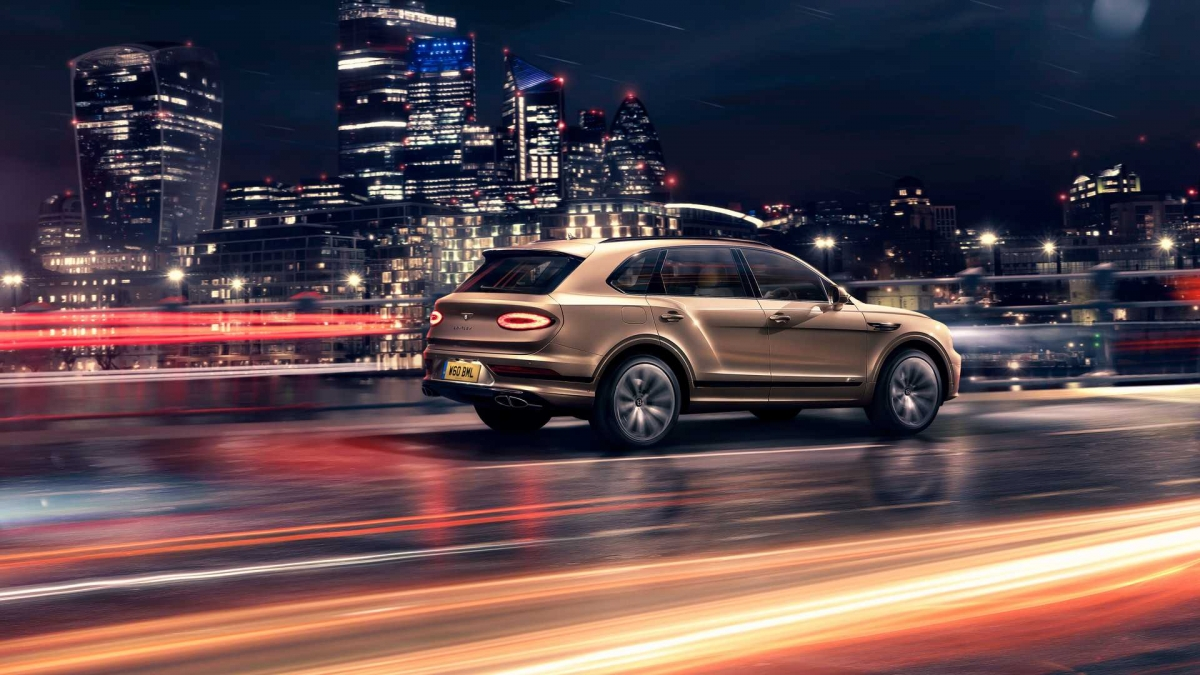 Ở bản nâng cấp, Bentley Bentayga Hybrid sẽ được trang bị động cơ xăng V6, dung tích 3.0 lít tăng áp kép, Kết hợp với động cơ này là mô-tơ điện có công suất cực đại 126 mã lực và 350 Nm, tạo cho xe tổng công suất ở mức 443 mã lực và 700 Nm mô-men xoắn.