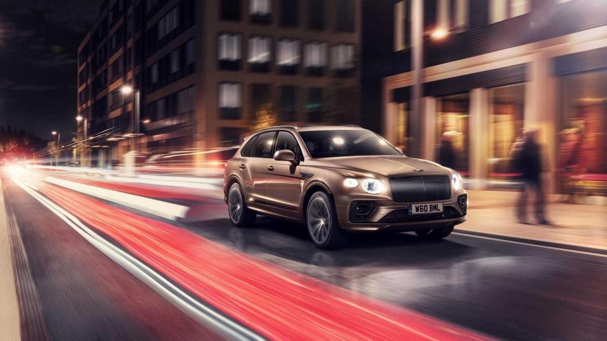 """Ông Adrian Hallmark, CEO của Bentley chia sẻ: """"Bentayga Hybrid là bước đi tiếp theo của chúng tôi trong hành trình trở thành nhà sản xuất ô tô sang dẫn đầu thế giới trong lĩnh vực sử dụng năng lượng bền vững. Bentley sẽ biến đổi từ một hãng xe sang có tuổi đời hơn 100 năm thành một hãng xe mới, bền vững và hoàn toàn có trách nhiệm với sự sang trọng và chiếc Bentayga Hybrid là mẫu xe tiên phong trong kế hoạch Beyond100 vừa công bố gần đây của hãng""""."""