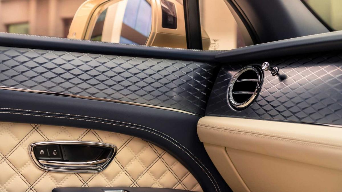 Khoang lái có thể được nâng cấp sự sang trọng với ốp nhôm phủ kim cương tối màu, một lựa chọn ốp lần đầu có mặt trên xe Bentley hoặc hai kiểu veneer ốp mới là Koa và Crown Cut Walnut.