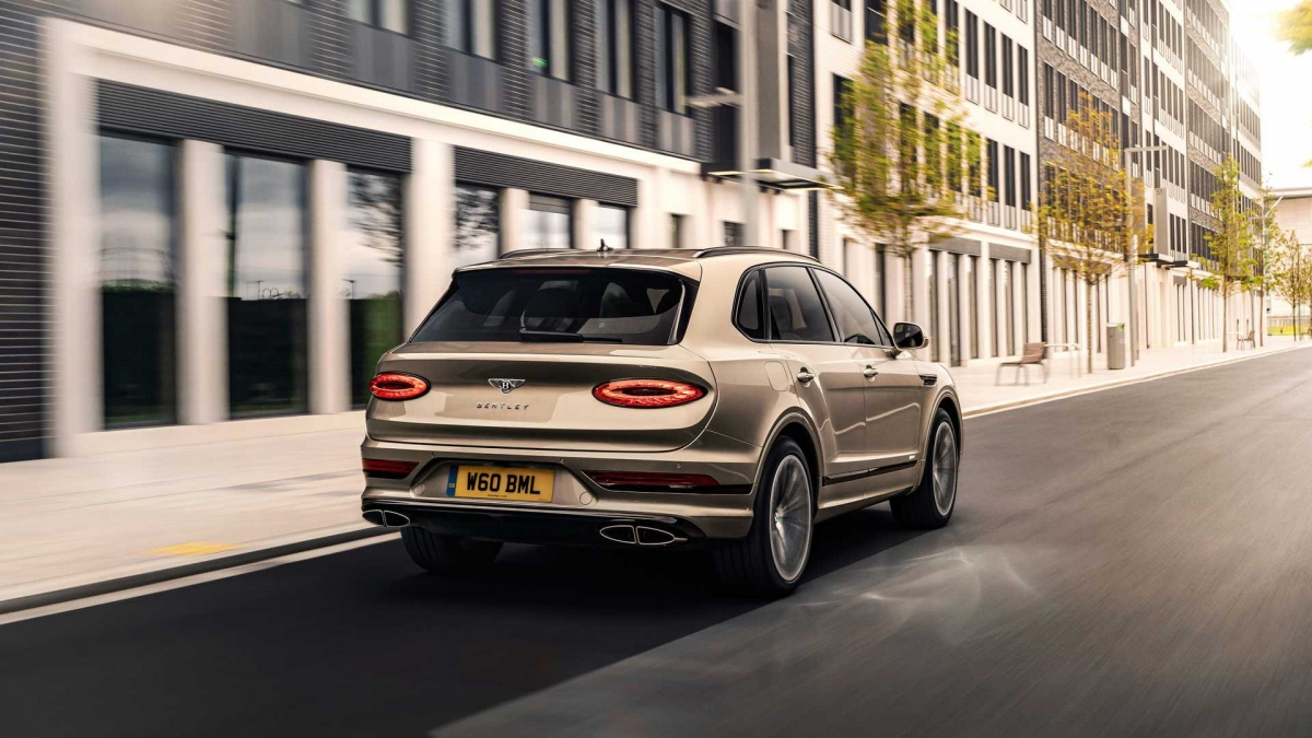 Đến với đuôi xe, cụm đèn hậu được thiết kế hoàn toàn mới với hình e-lip, lấy cảm hứng từ chiếc New Continental GT. Cụm đèn này kết hợp cùng các đường gân dập nổi ở cửa cốp tạo cái nhìn mới, mạnh mẽ hơn cho chiếc SUV. Bentley trang bị tiêu chuẩn cho Bentayga mới bộ mâm đa chấu có kích thước 22 inch.