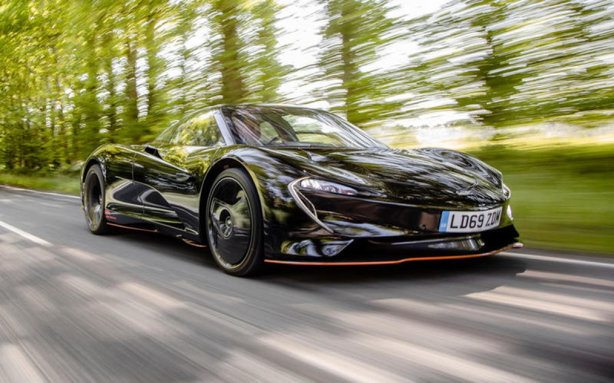McLaren Speedtail – 402,5 km/h: Điều đó không có gì ngạc nhiên khi Speedtail có tính năng khí động học trơn trượt và tổng công suất kết hợp là 1.055 mã lực từ hệ thống truyền động hybrid xăng-điện. Một con số quan trọng khác với Speedtail là McLaren sẽ chỉ sản xuất 106 chiếc.