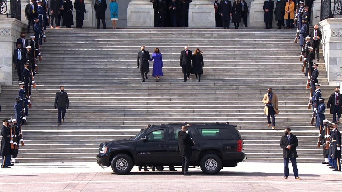Phó Tổng thống Kamala Harris và phu quân Doug Emhoff cùng với Phó Tổng thống Mike Pence và phu nhân Karen Pence bước xuống bậc thềm của Điện Capitol Mỹ sau lễ nhậm chức. Ảnh: CNN