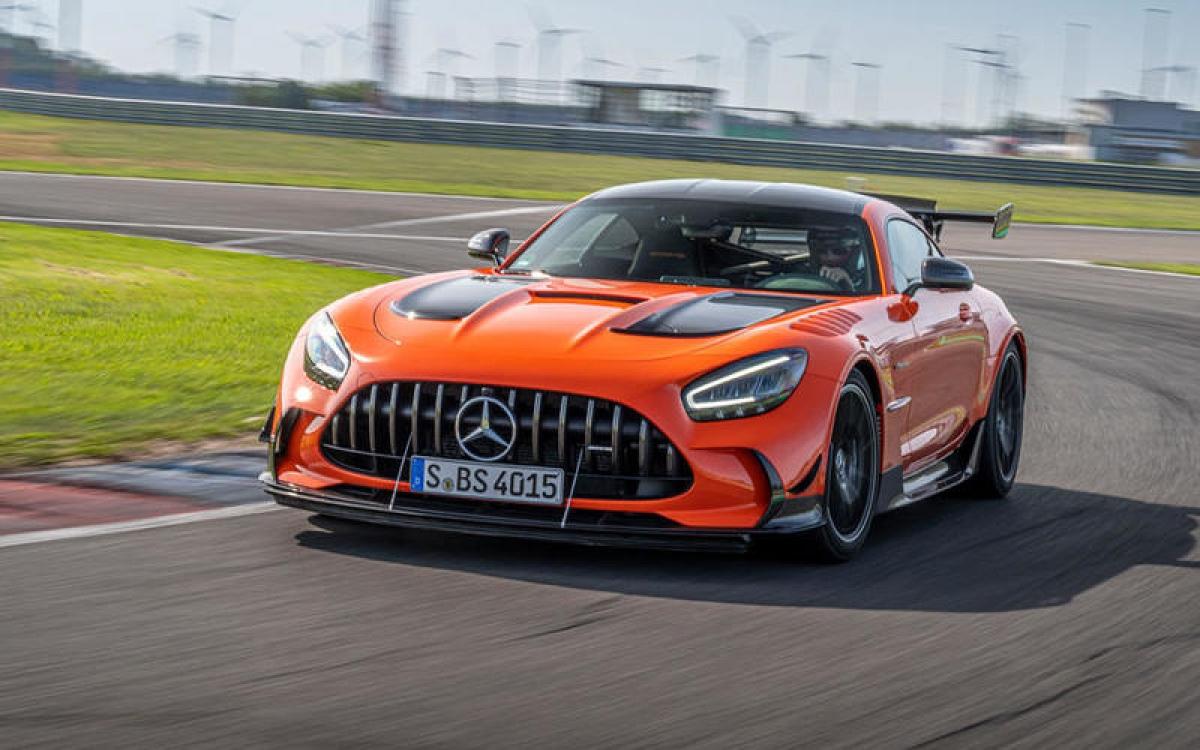 Mercedes-Benz Mercedes-AMG GT Coupe Black Series – 325 km/h: Nhờ việc được trang bị động cơ twin-turbo V8 4.0 L sản sinh công suất 720 mã lực, chiếc xe có thể tăng tốc từ 0-100 km/h trong 3,2 giây.