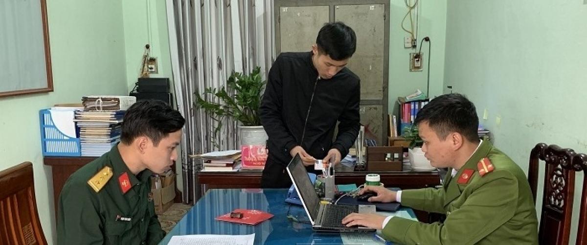 Đối tượng Trần Đức Huy (bên trái) đang mặc quân phục bộ đội tại Cơ quan Cảnh sát điều tra.