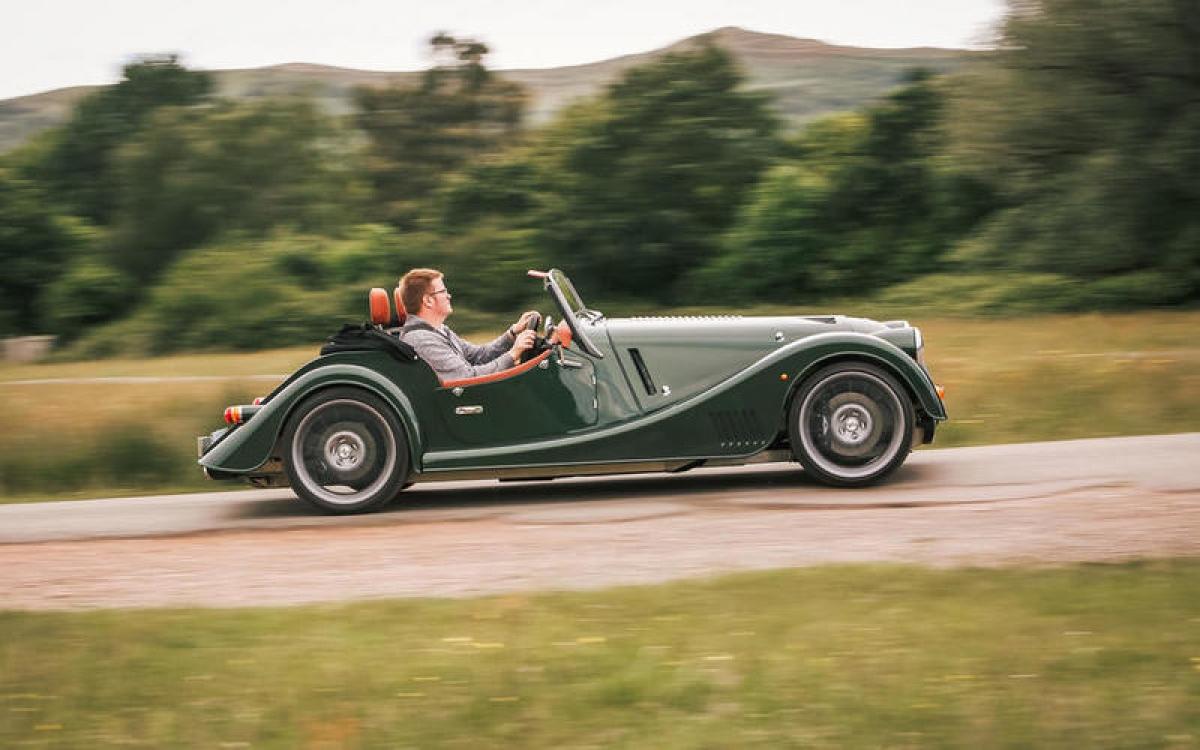 Morgan Plus Six – 267 km/h: Chiếc xe có ngoại hình lấy cảm hứng từ những năm 1950 nhưng sở hữu rất nhiều công nghệ hiện đại bên cạnh khối động cơ twin-turbo 6 xi lanh 3.0 L do BMW sản xuất. Động cơ sản sinh công suất 335 mã lực đủ để khiến chiếc xe này tăng tốc từ 0-100 km/h trong 4,2 giây.
