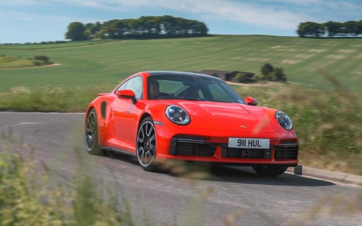Porsche 911 Turbo S – 330 km/h: Turbo luôn dẫn đầu trong các dòng xe của Porsche kể từ năm 1970. Như hiện tại chiếc Turbo S Coupe có thể tăng tốc từ 0-100 km/h trong 2,7 giây khi trang bị gói Sport Chrono.