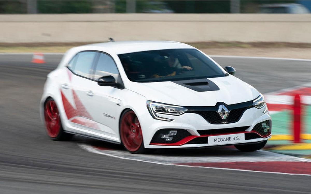 Renault Megane R.S Trophy-R 300 – 262,43 km/h: Đây là chiếc xe nhanh nhất của Renault nhờ có khối lượng nhẹ và cực kỳ tập trung vào hiệu suất. Nó được lột xác với phanh lớn hơn và hệ thống treo sắc nét hơn.