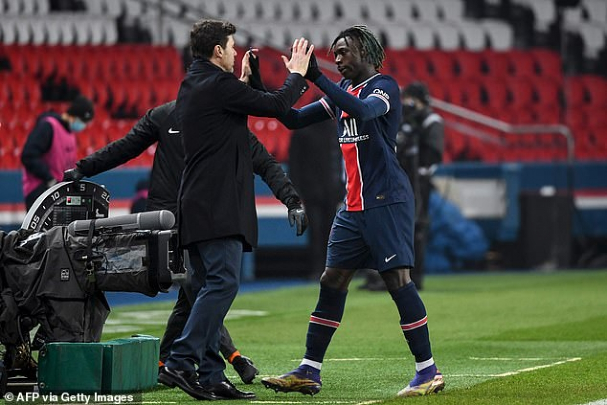 HLV Mauricio Pochettino xua đi nỗi thất vọng sau khi ra mắt PSG bằng trận hòa St Etienne 1-1 ở vòng đấu trước.