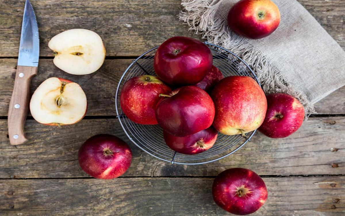 Táo: Trong táo có chứa một số lượng lớn giúp axit malic giúp phân hủy chất béo cơ thể và góp phần vào việc tăng cường sự tươi trẻ của làn da.