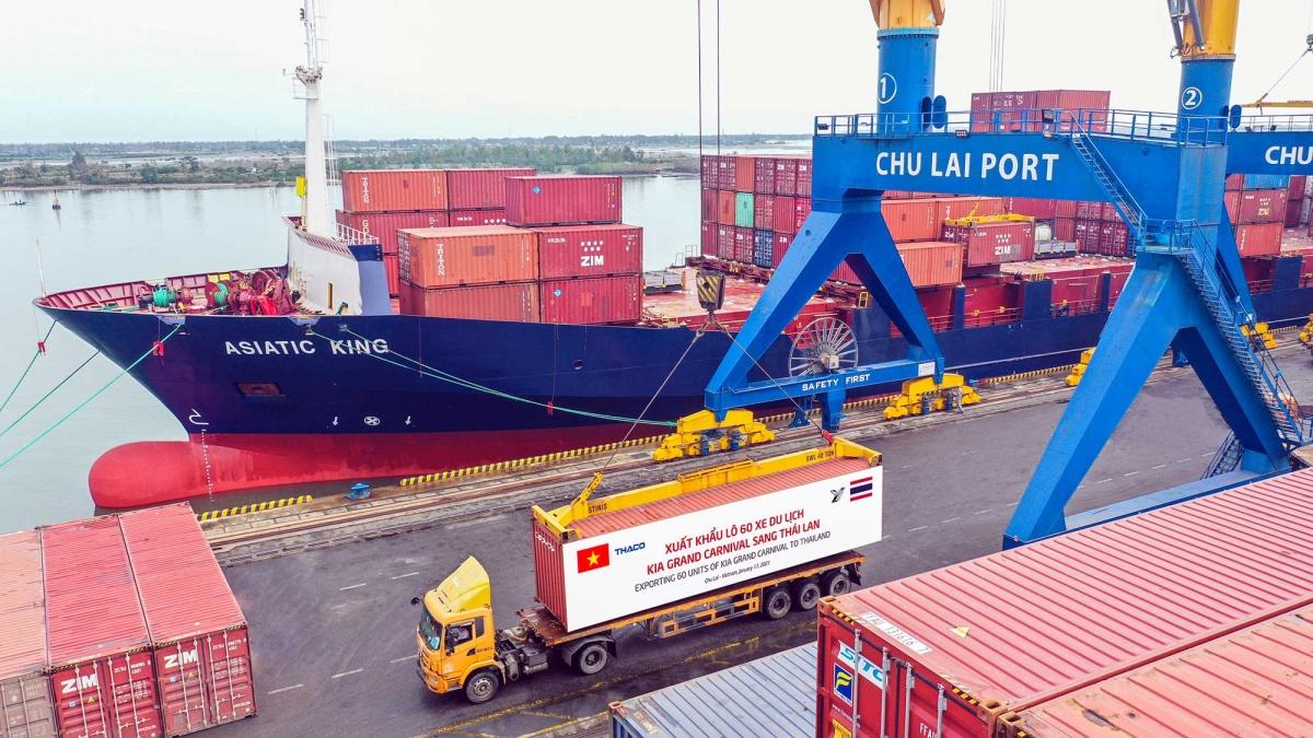 Container xe Kia Grand Carnival được đưa lên tàu chuẩn bị xuất khẩu sang Thái Lan.