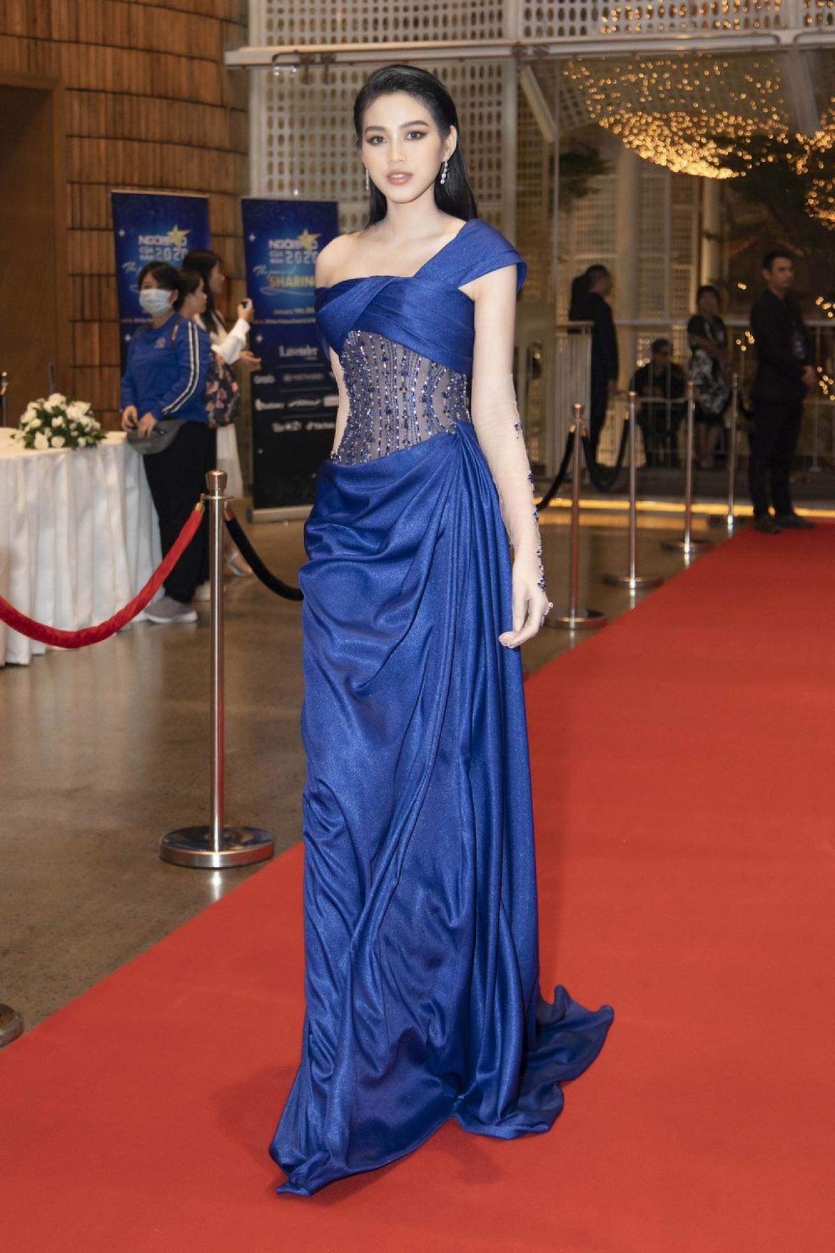 Hoa hậu Đỗ Thị Hà diện bộ đầm lụa xanh lộng lẫy, quyến rũ.