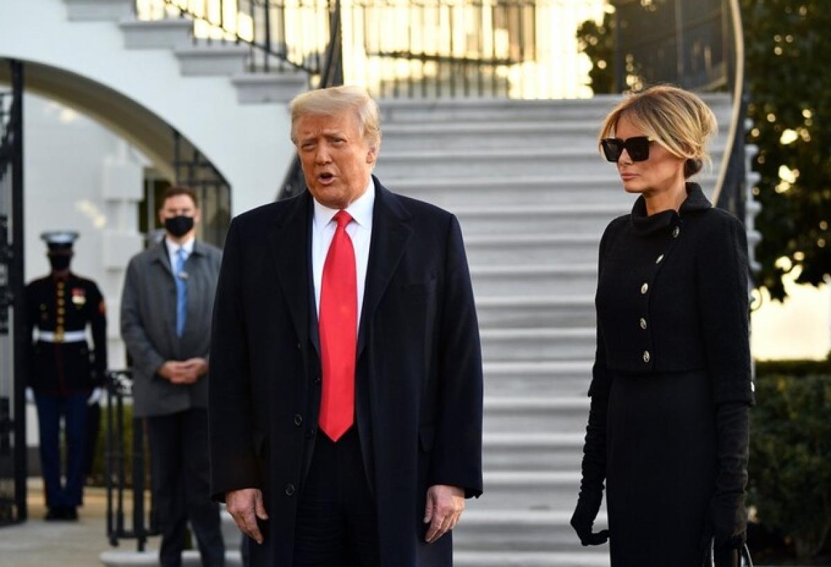 Ông Trump và bà Melania trò chuyện với phóng viên trước khi lên đường. Ảnh:AFP.