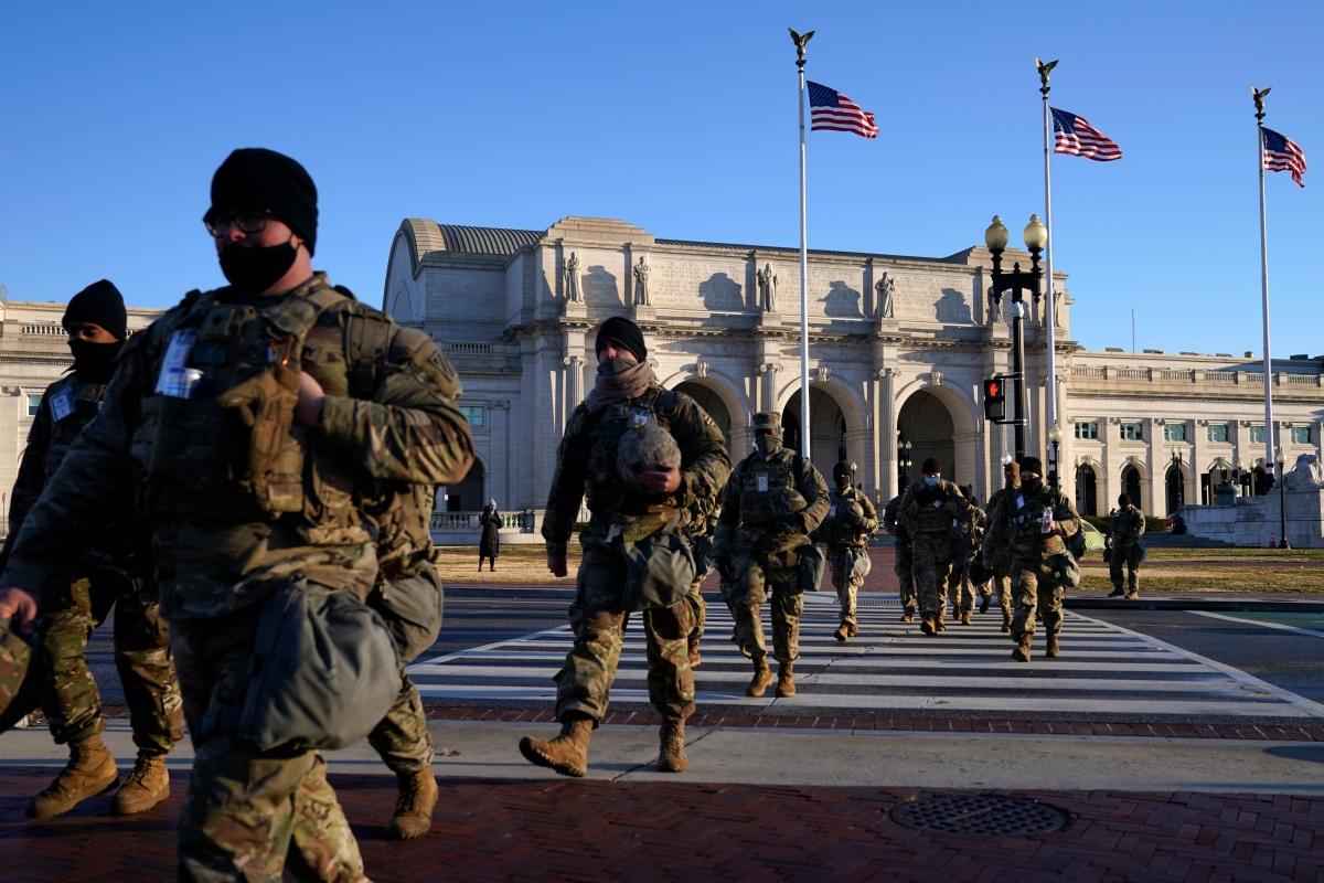 Lực lượng vệ binh quốc gia làm nhiệm vụ ở khu vực Đồi Capitol. Ảnh: AP.
