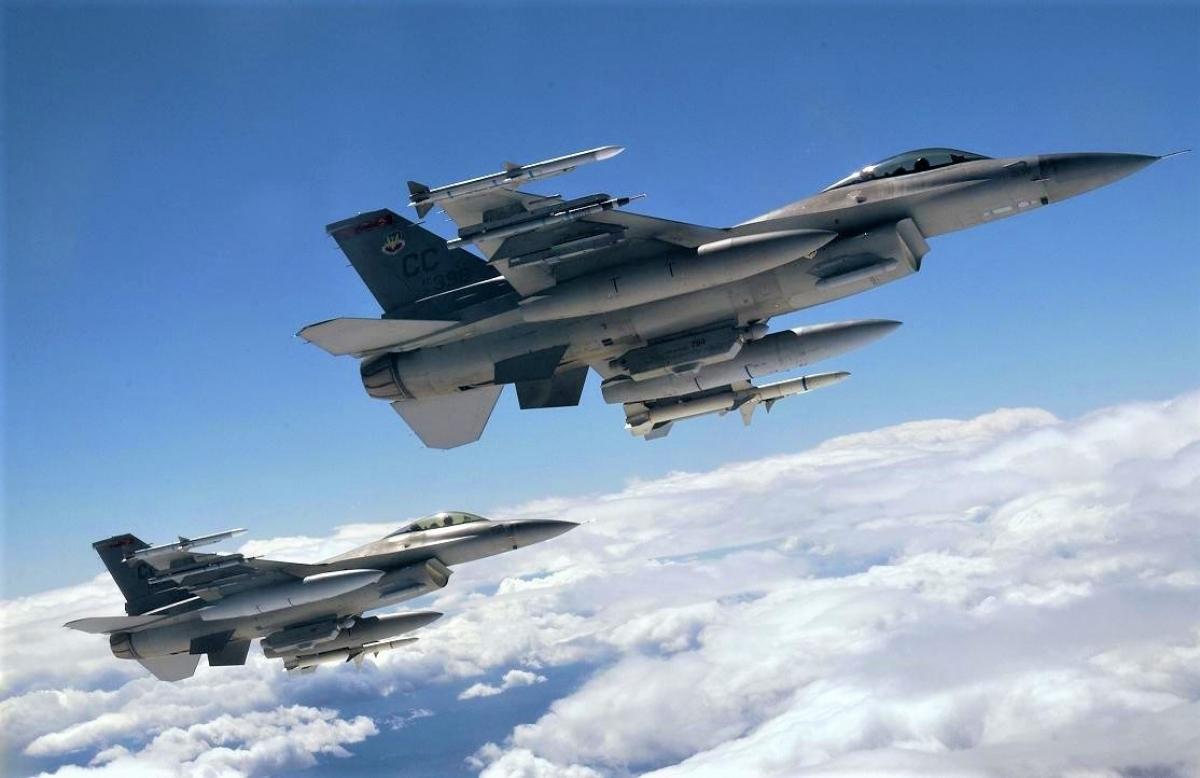 Không quân Mỹ đang có kế hoạch mua mới F-16 để sử dụng cùng tàng hình cơ F-35. Nguồn ảnh: ambitiontofly.wordpress.com