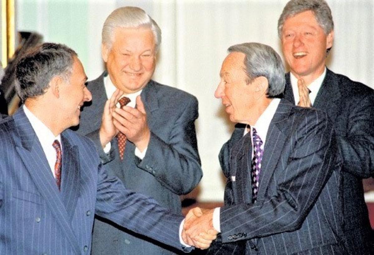 Tổng thống Nga Yeltsin, Tổng tống Mỹ Clinton cùng Ngoại trưởng Mỹ Christopher và Bộ trưởng Ngoại giao Nga Kozyrev; Nguồn: pikabu.ru