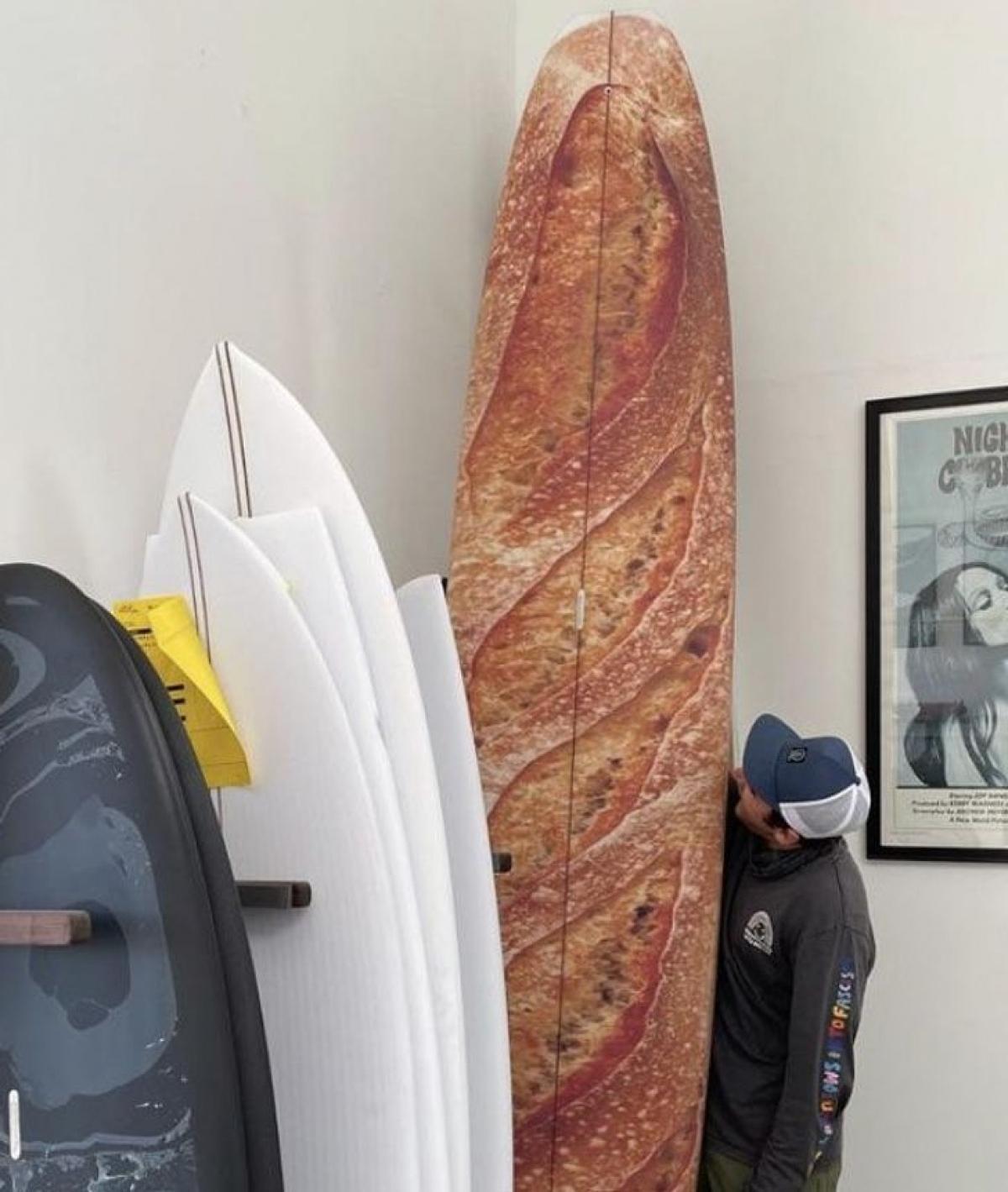 Chiếc ván lướt sóng độc đáo có hình chiếc bánh mỳ.