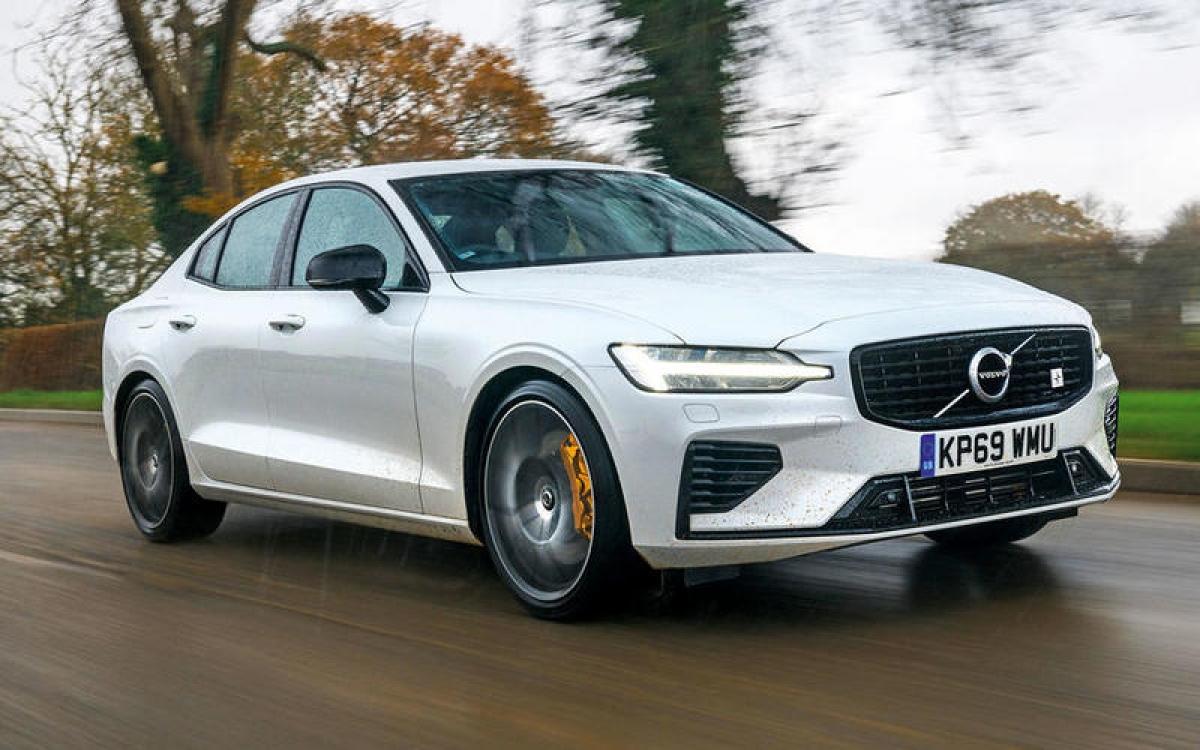 Volvo S60 T8 Polestar – 180 km/h: Volvo đã đưa mọi thứ mình có vào chiếc S60 T8 Polestar. Động cơ 2.0 L được trang bị siêu tăng áp và kết hợp với mô tơ điện sản sinh công suất 399 mã lực. Tận dụng toàn bộ sức mạnh của chiếc T8 cũng như dẫn động cầu sau sẽ giúp xe tăng tốc từ 0-96 km/h trong 4,2 giây.