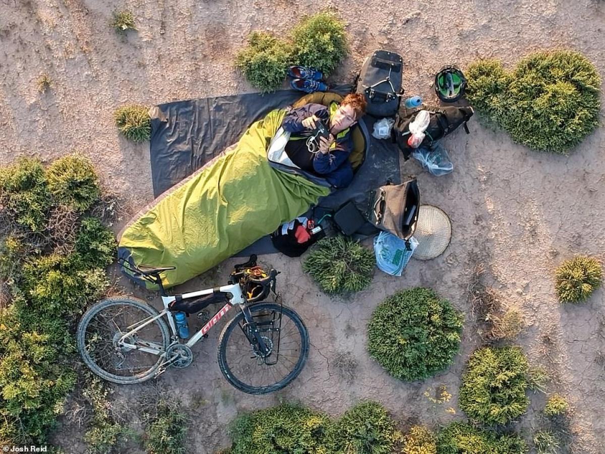 Hành trang của Josh Reid khá gọn nhẹ. Anh sử dụng túi ngủ ngoài trời và không dựng lều.