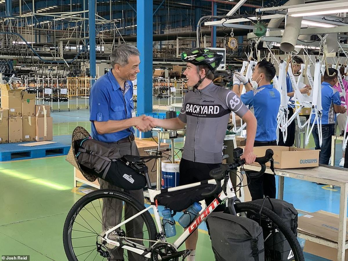 Josh Reid (phải) nhận xe đạp tại xưởng sản xuất ở Thượng Hải, Trung Quốc.